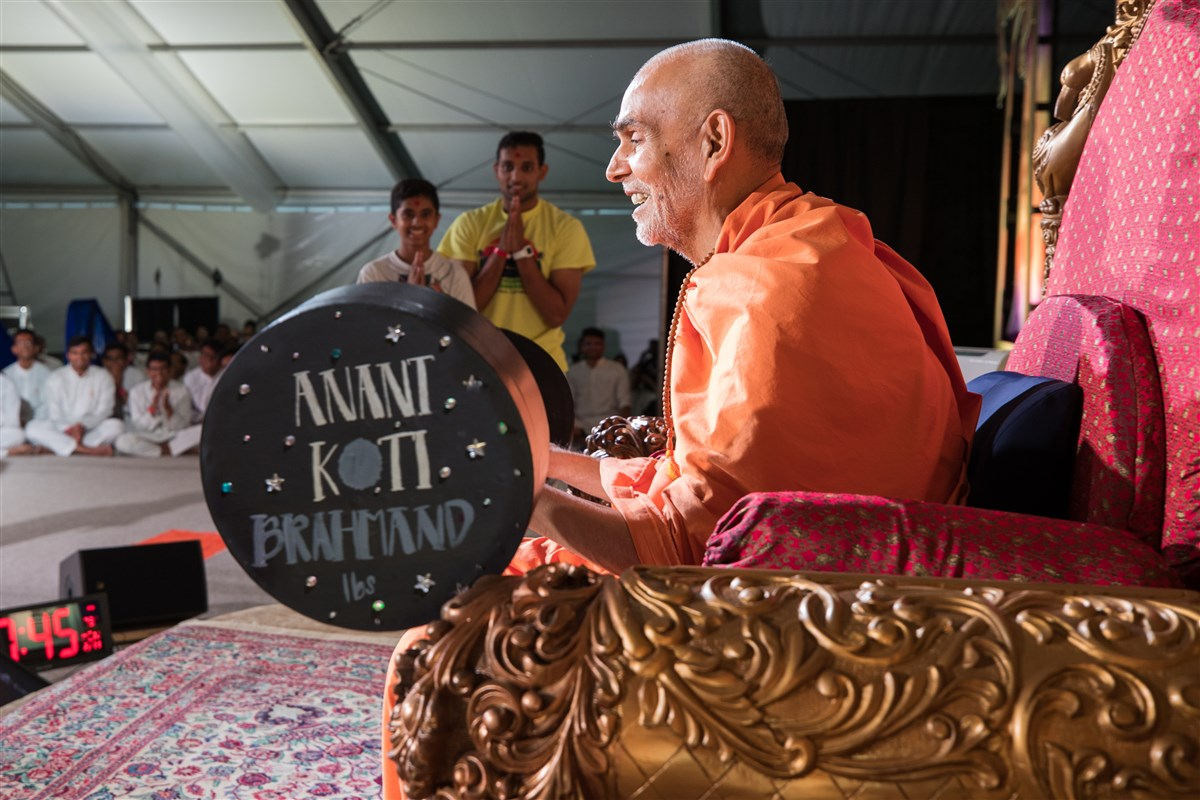 Swamishri engaged in the assembly
