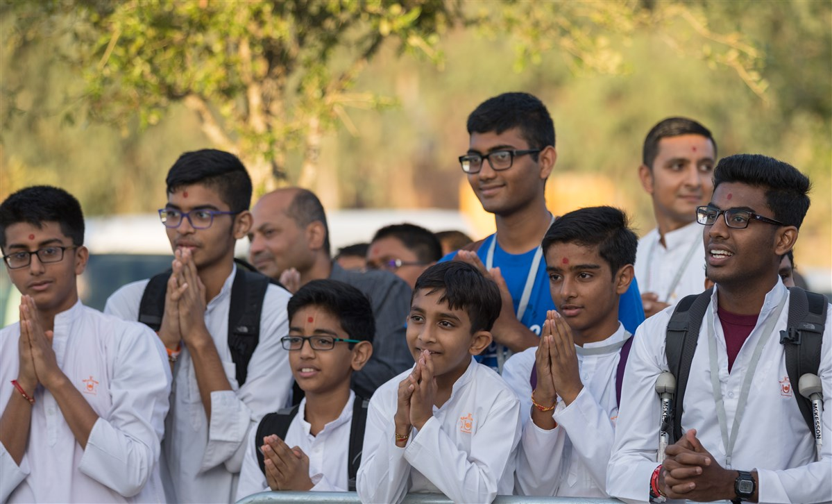 Youths engrossed in Swamishri's darshan