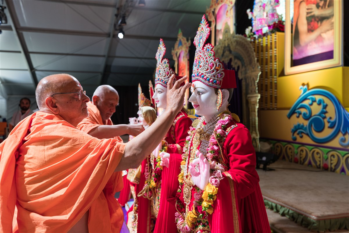 Pujya Ishwarcharandas Swami and Pujya Atmaswaroopdas Swami perform pratishtha pujan of murtis for the BAPS Shri Swaminarayan Mandir, Beaumont, TX, USA