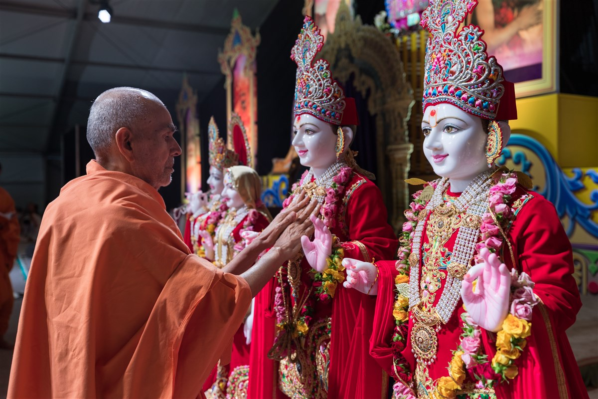 Swamishri performs pratishtha rituals of murtis for the BAPS Shri Swaminarayan Mandir, Beaumont, TX, USA