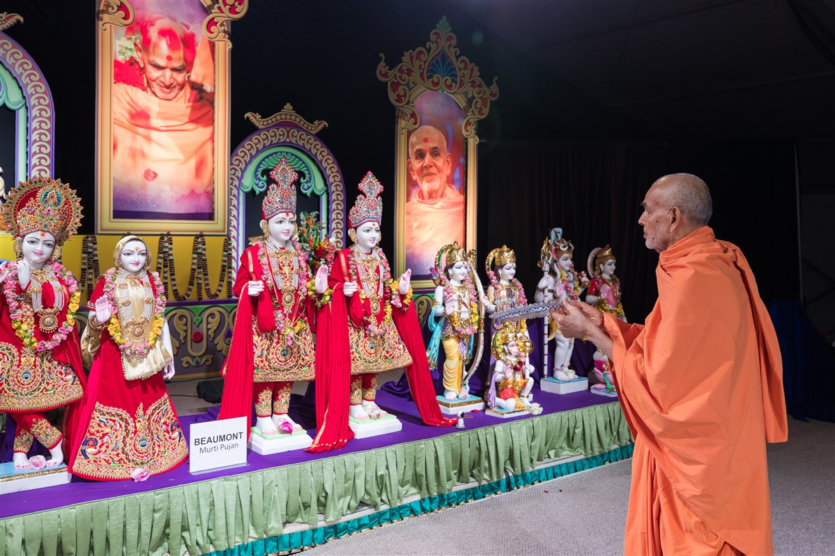 Swamishri performs pratishtha arti of the murtis for the BAPS Shri Swaminarayan Mandir, Beaumont, TX, USA