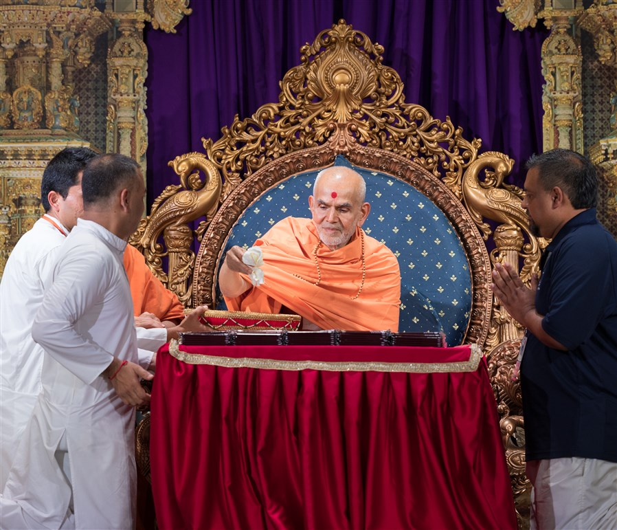 Swamishri sanctifies candy for youths