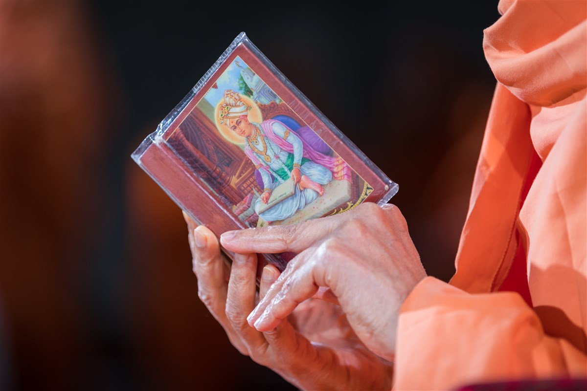 Swamishri reads the Shikshapatri to conclude morning puja, 19 August 2017