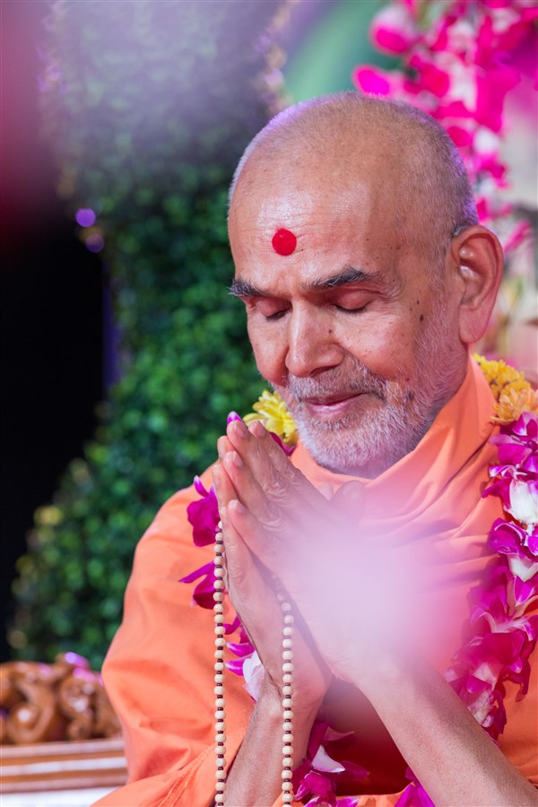 Swamishri greets devotees with folded hands, 19 August 2017