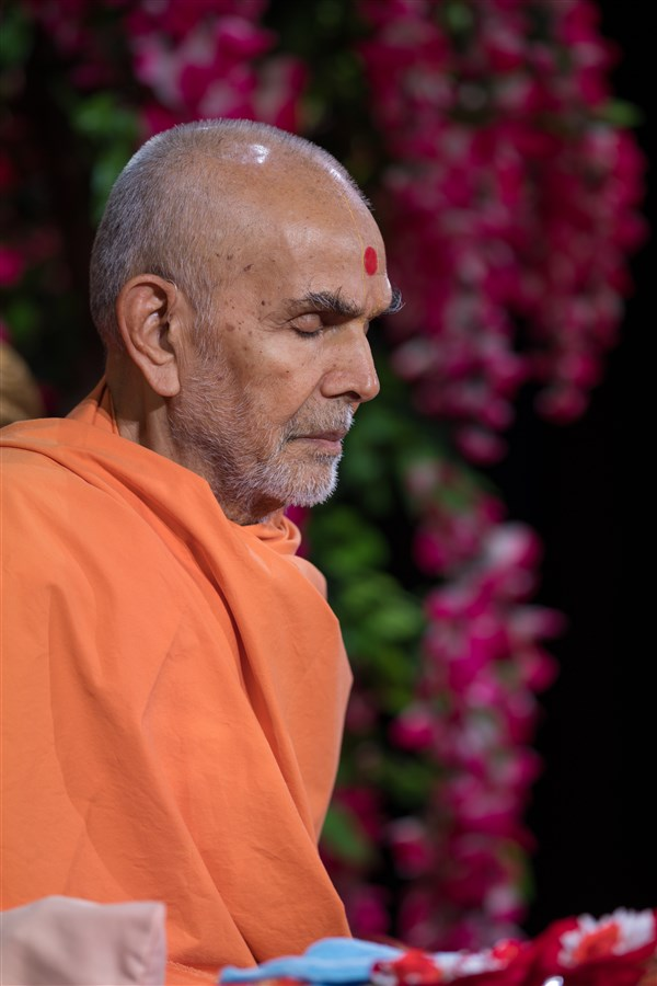 Swamishri meditates during morning puja, 20 August 2017