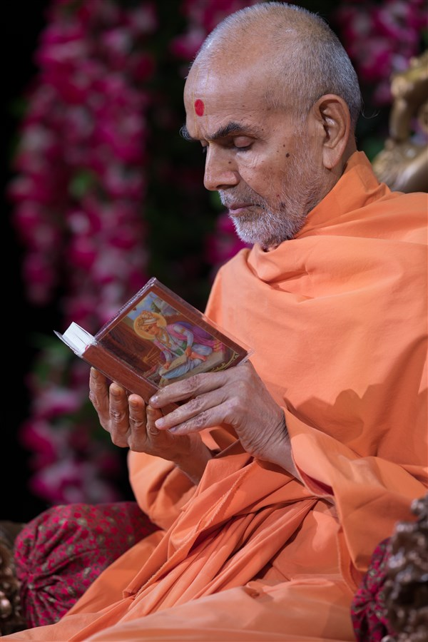 Swamishri reads the Shikshapatri to conclude morning puja, 20 August 2017