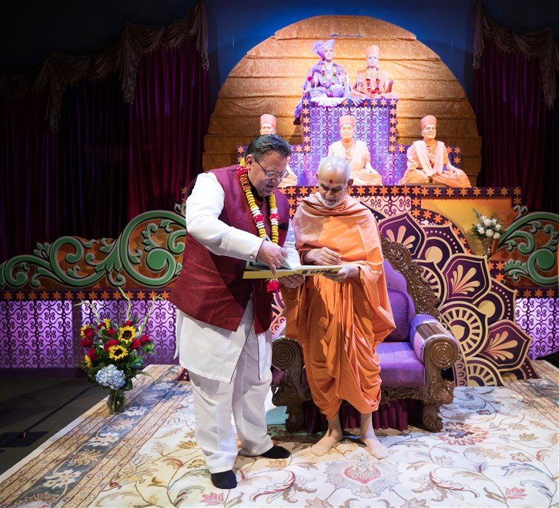 Swamishri meets the Former Mayor of the City of Irving, Herbert Gears