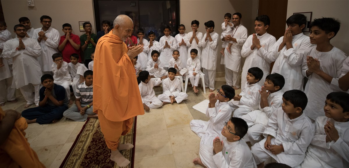 Swamishri arrives for the grahan (eclipse) assembly