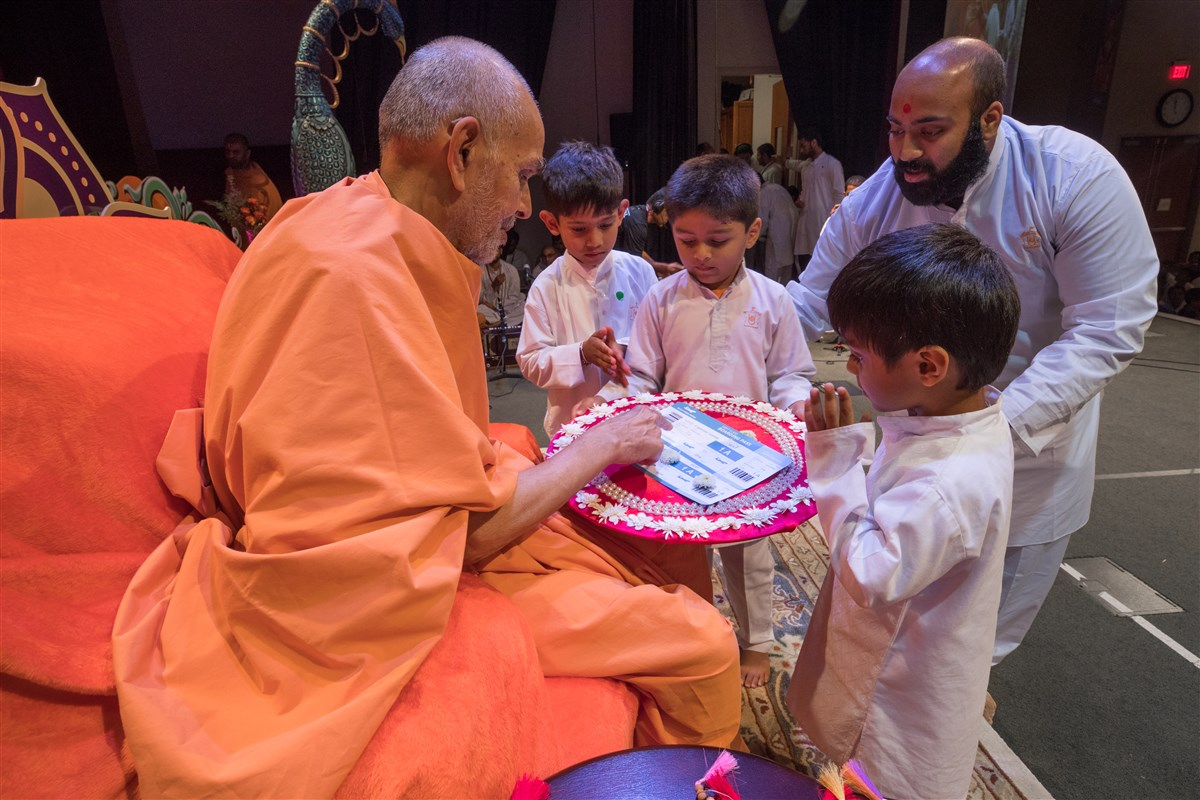 Swamishri engaged in the grahan assembly