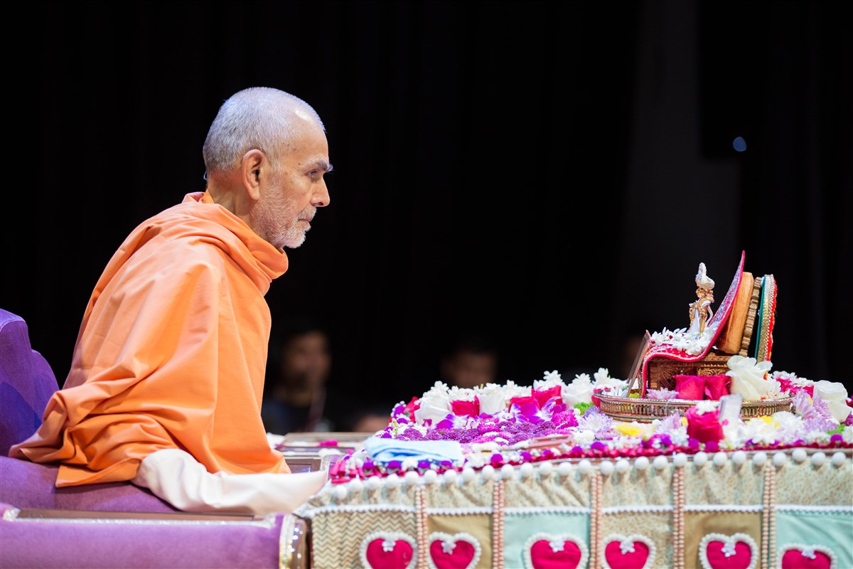 Swamishri engrossed in morning puja, 23 August 2017