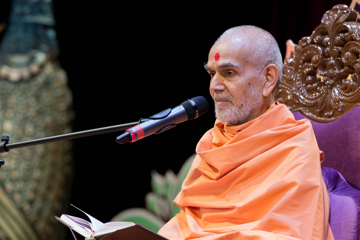 Swamishri addresses the assembly, 23 August 2017