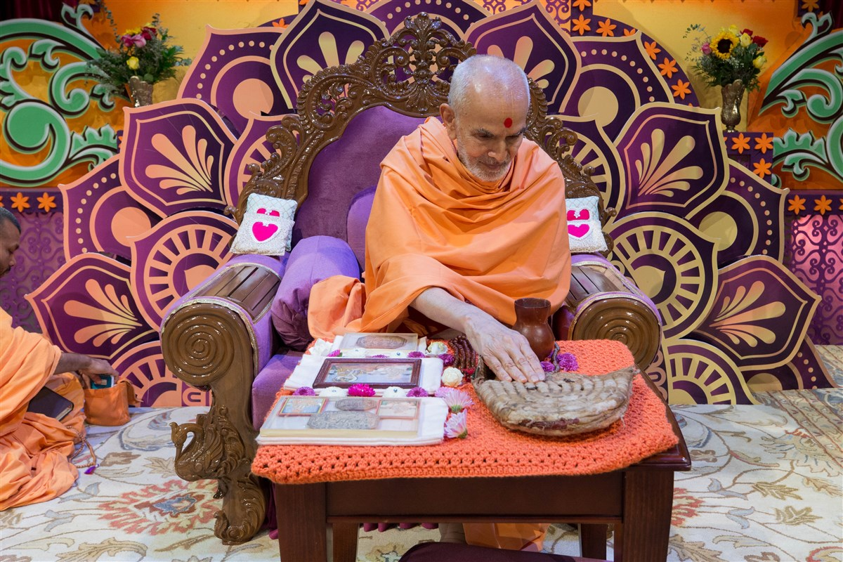 Swamishri views prasadi items of Shriji Maharaj and Guru Parampara, 23 August 2017