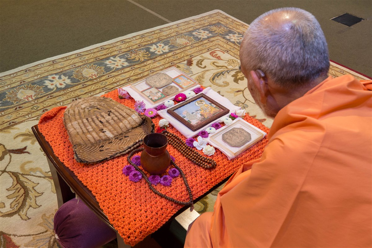 Swamishri views prasadi items of the Guru Parampara, 23 August 2017