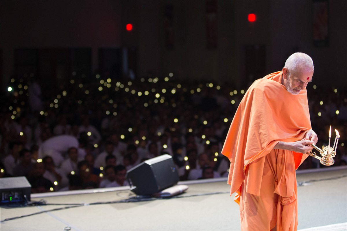 Swamishri performs the evening arti, 23 August 2017