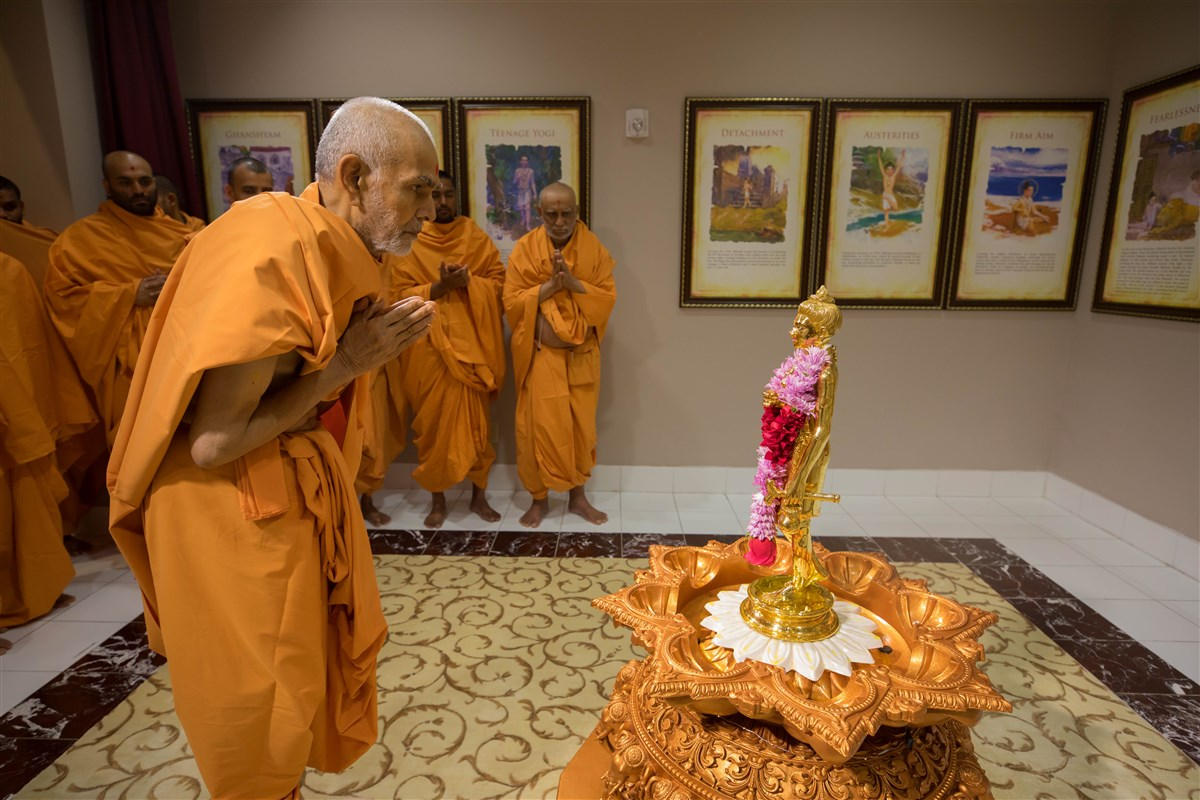 Swamishri engrossed in the darshan of Shri Nilkanth Varni Maharaj, 24 August 2017