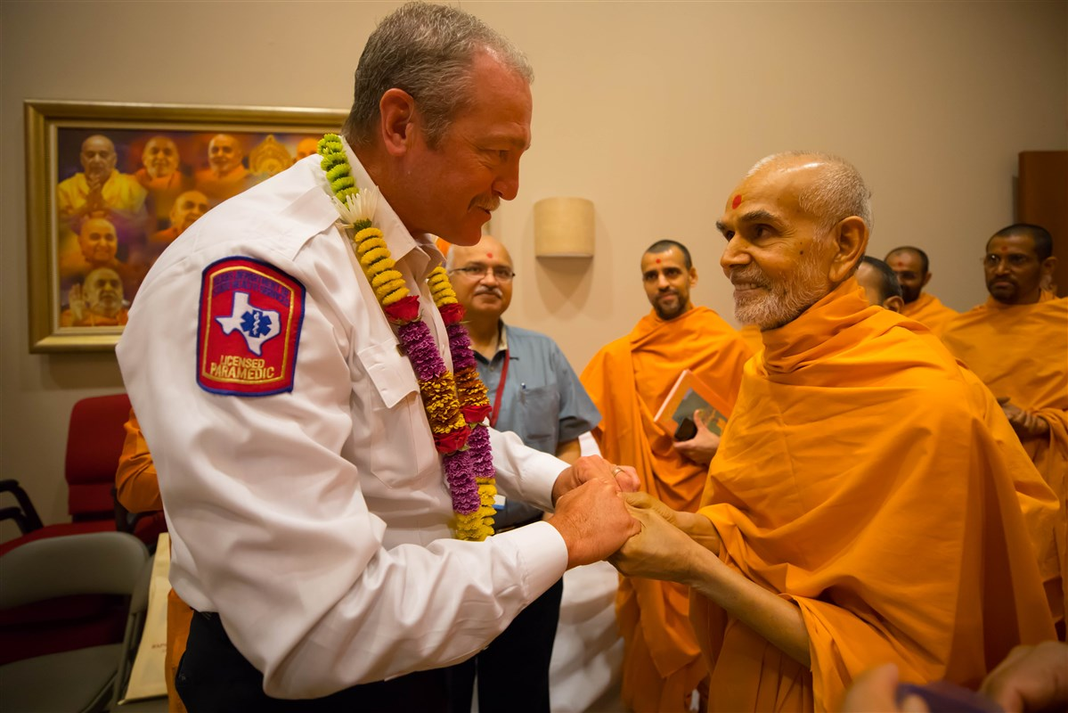 Swamishri meets the City of Irving Fire Chief, Victor Conley, 24 August 2017
