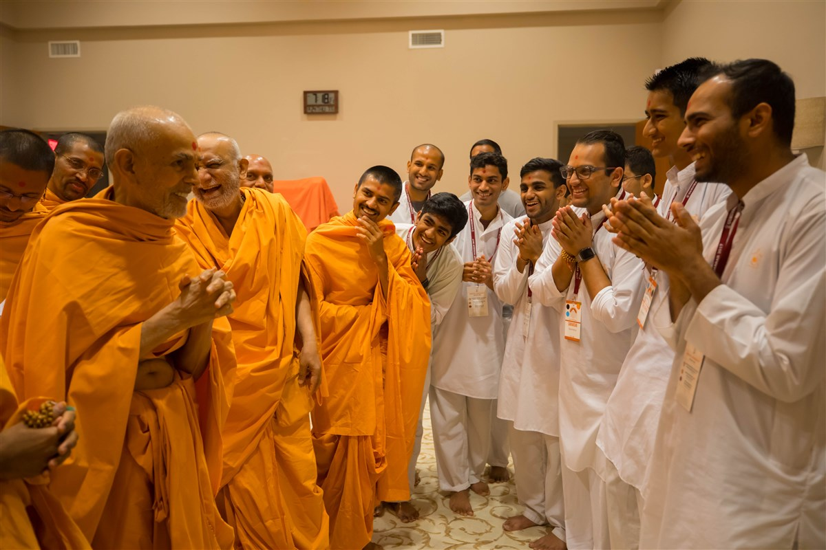 Swamishri in a jovial mood with youths, 24 August 2017