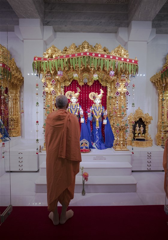 Swamishri engrossed in the darshan of Shri Akshar Purushottam Maharaj