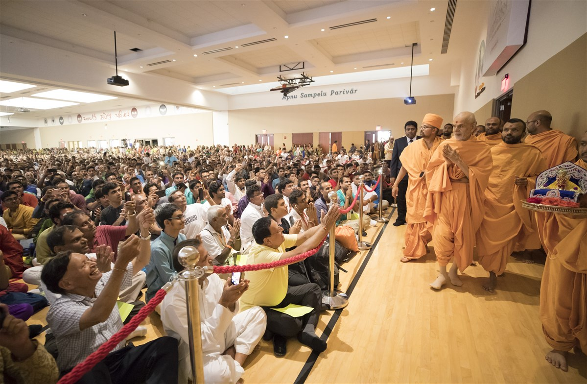 Swamishri arrives in the welcome assembly