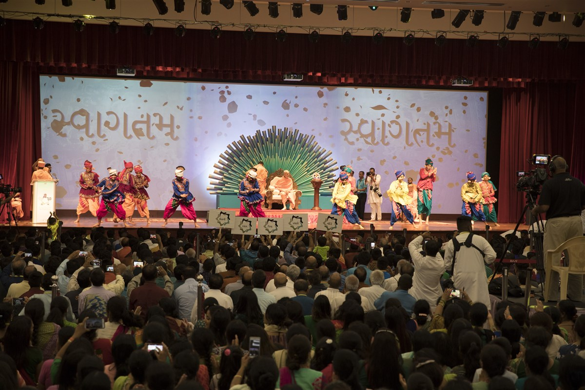 Youths welcome Swamishri with a vibrant dance