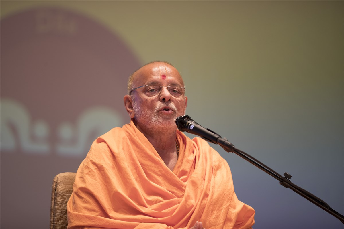 Pujya Ishwarcharandas Swami informs the assembly about the inauguration of the Pramukh Swami Mandapam by Swamishri