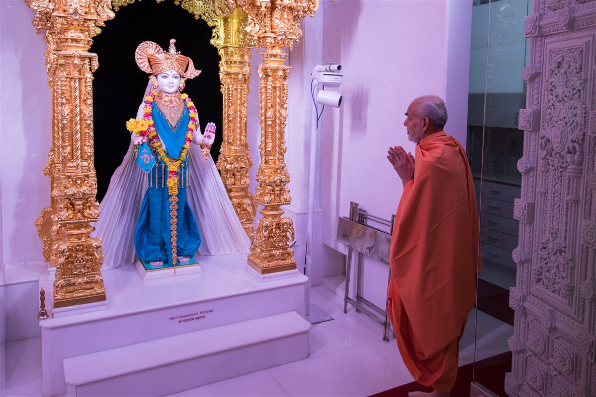 Swamishri engrossed in the darshan of Shri Ghanshyam Maharaj
