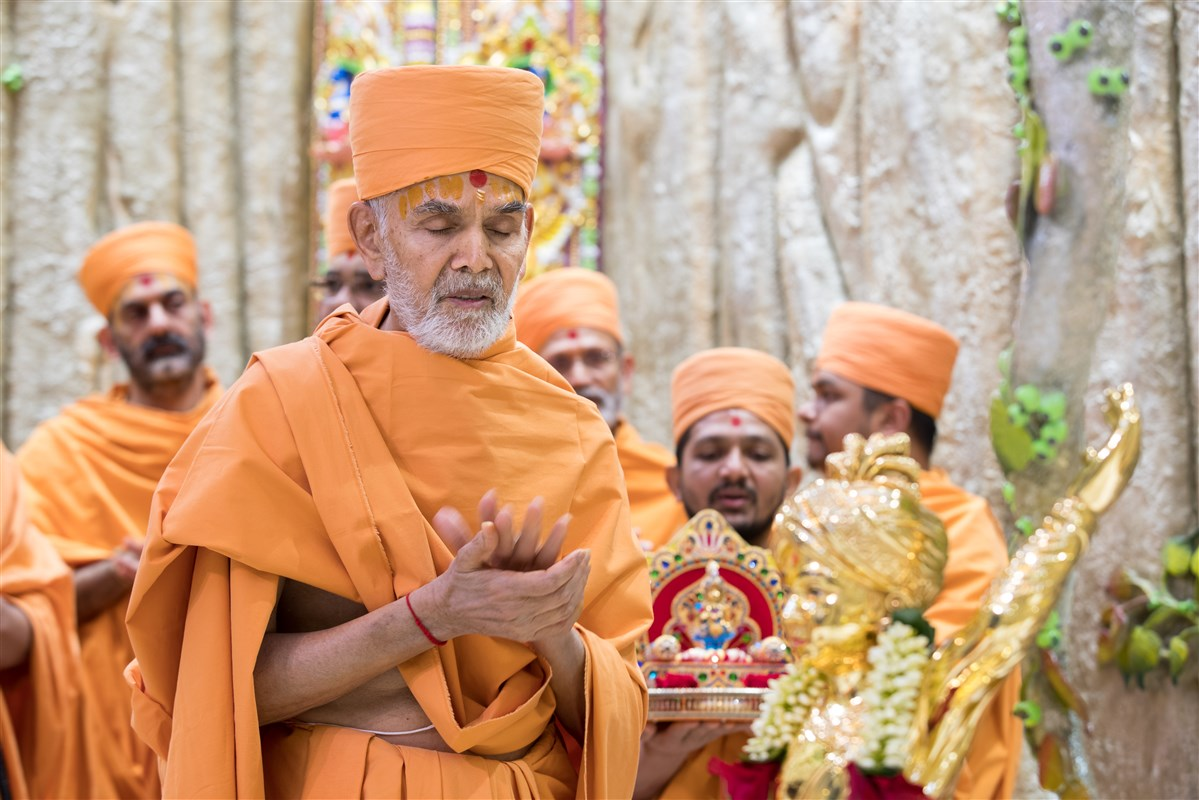 Swamishri engaged in Swaminarayan dhun