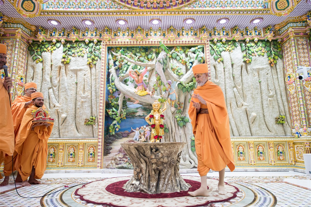 Swamishri performs pradikshina around Shri Ghanshyam Maharaj
