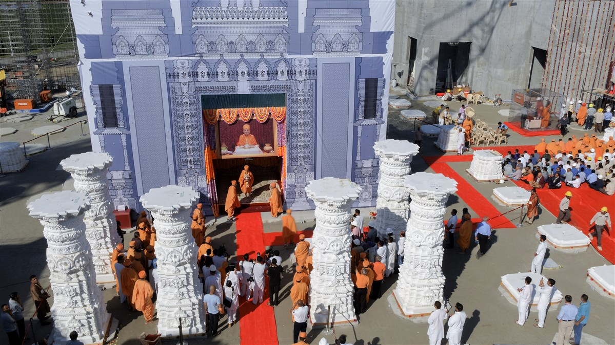 Swamishri engaged in the Swaminarayan Akshardham Sthambh Sthapan ceremony