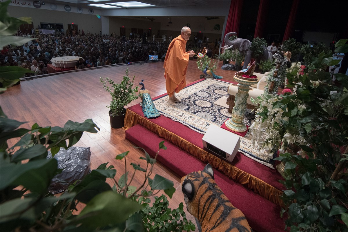 Swamishri engrossed in the evening arti