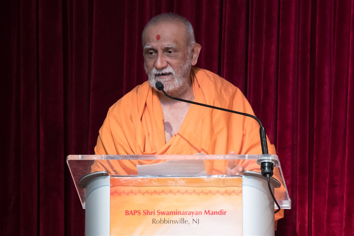 Pujya Atmaswarupdas Swami addresses the assembly