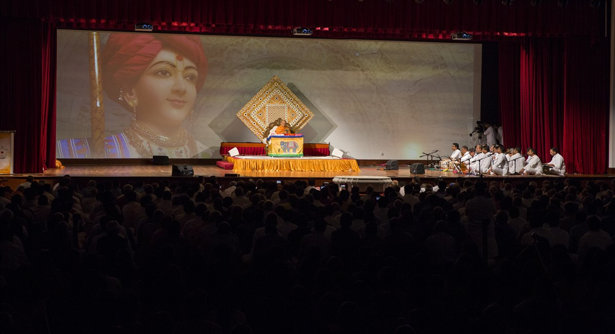 Devotees sing kirtans before Swamishri during his puja