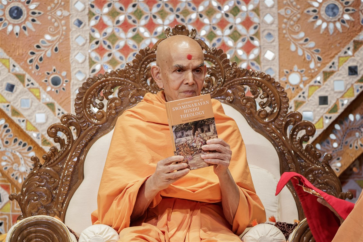 Swamishri inaugurates a new book by Pujya Paramtattvadas Swami - 'An Introduction to Swaminarayan Hindu Theology'