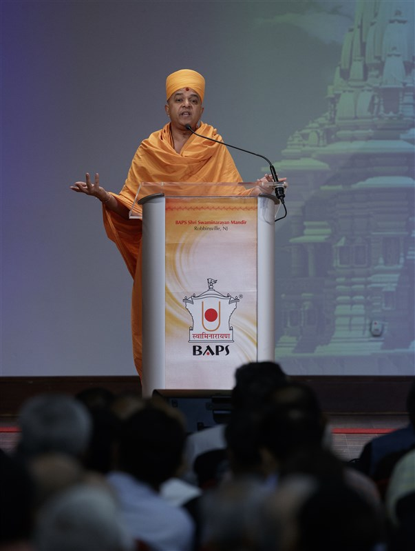 Pujya Brahmaviharidas Swami addresses the assembly