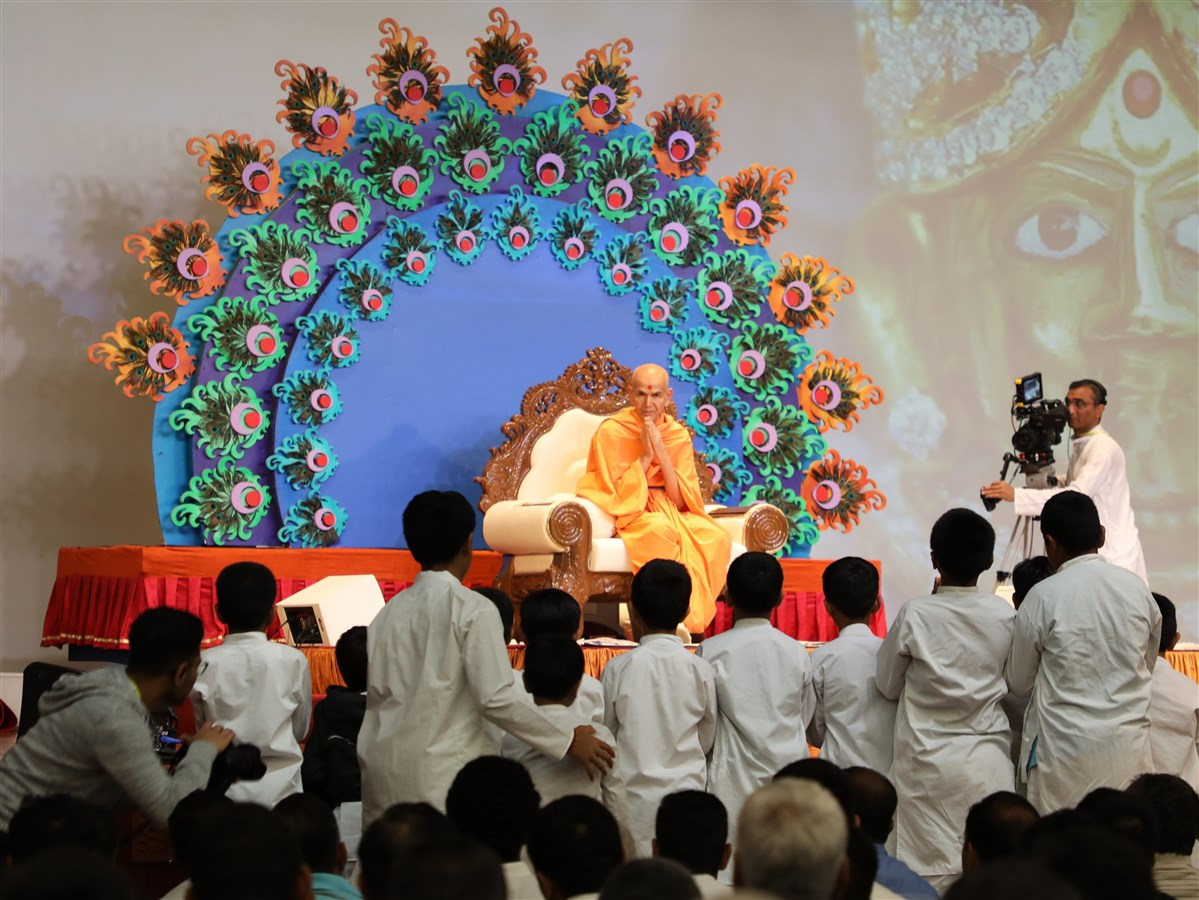 Swamishri greets the children in the audience with folded hands