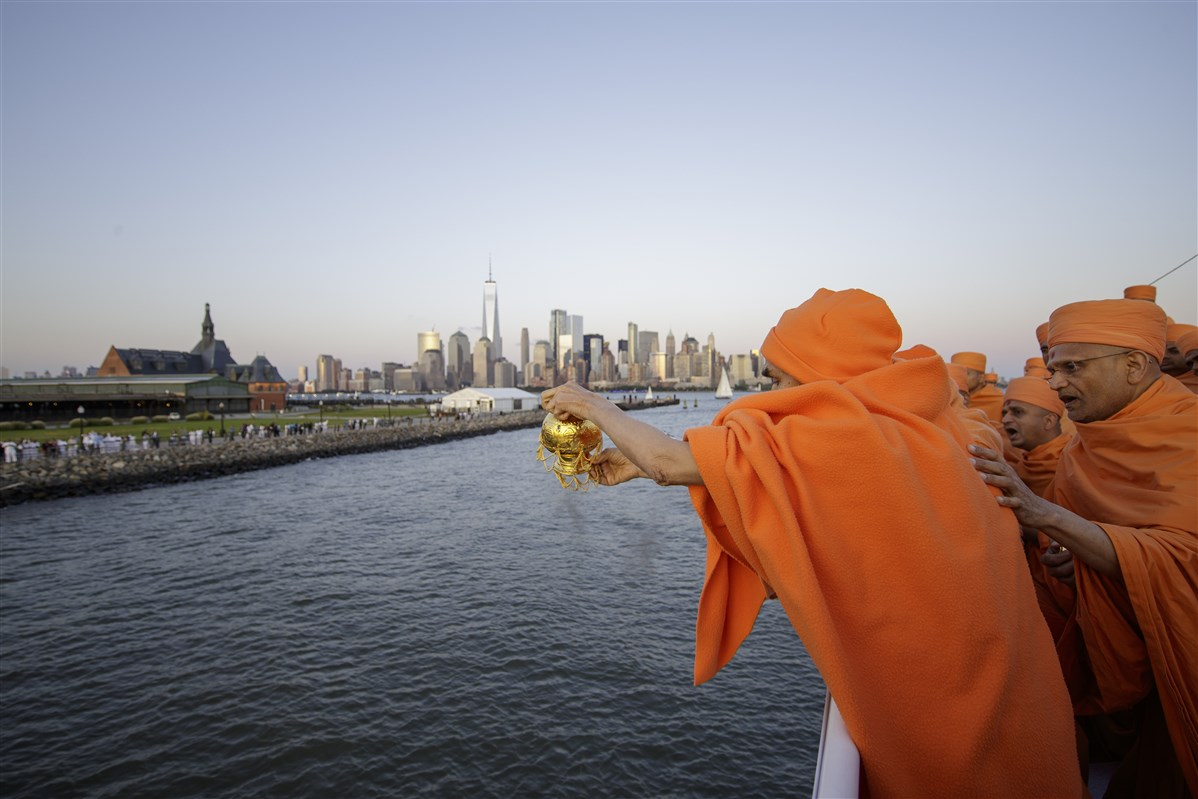 Swamishri scatters the holy ashes of His Holiness Pramukh Swami Maharaj in the Hudson River