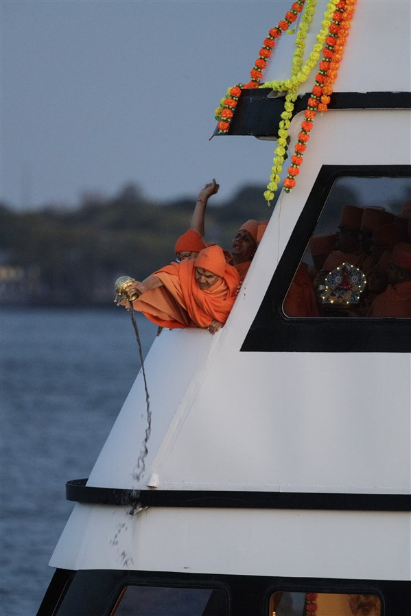 Swamishri scatters the holy ashes of Pramukh Swami Maharaj in the Hudson River
