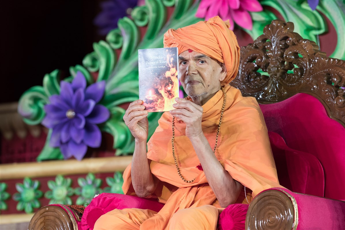Swamishri inaugurates a new Hindu Funeral Rites publication