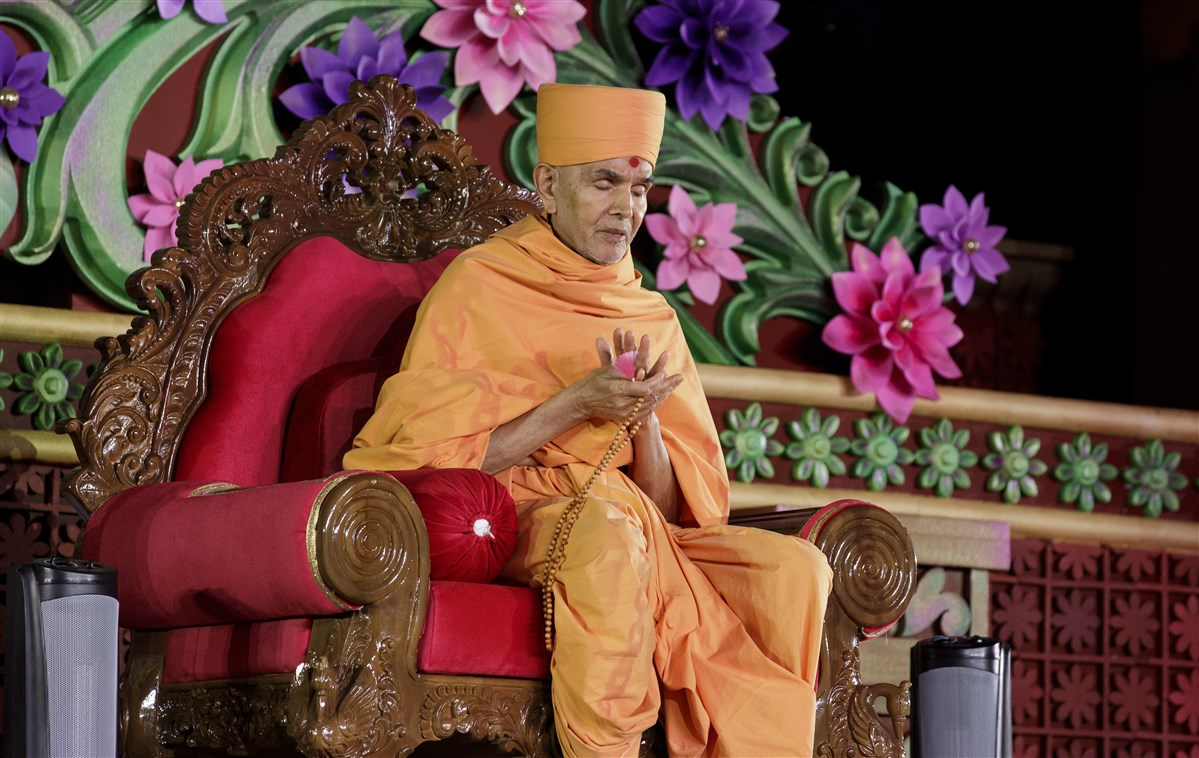 Swamishri prays for those affected by Hurricane Irma
