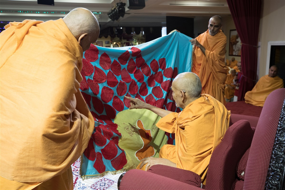 Pujya Atmaswarupdas Swami and Pujya Anandswarupdas Swami offer a shawl to Swamishri