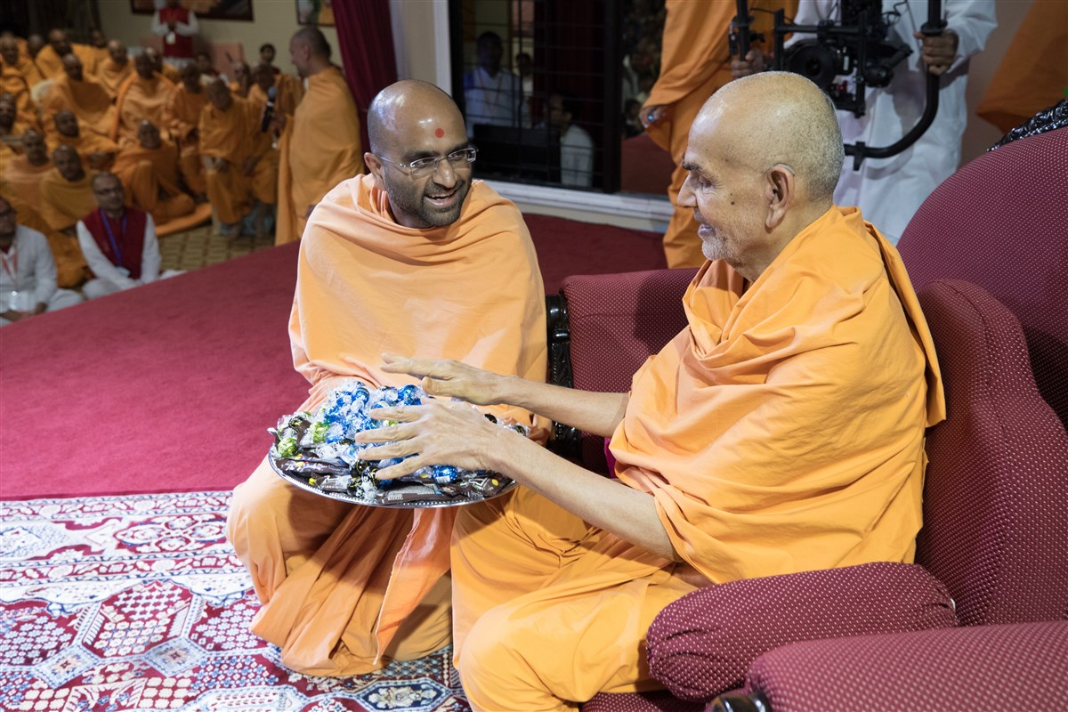Swamishri sanctifies candy for children