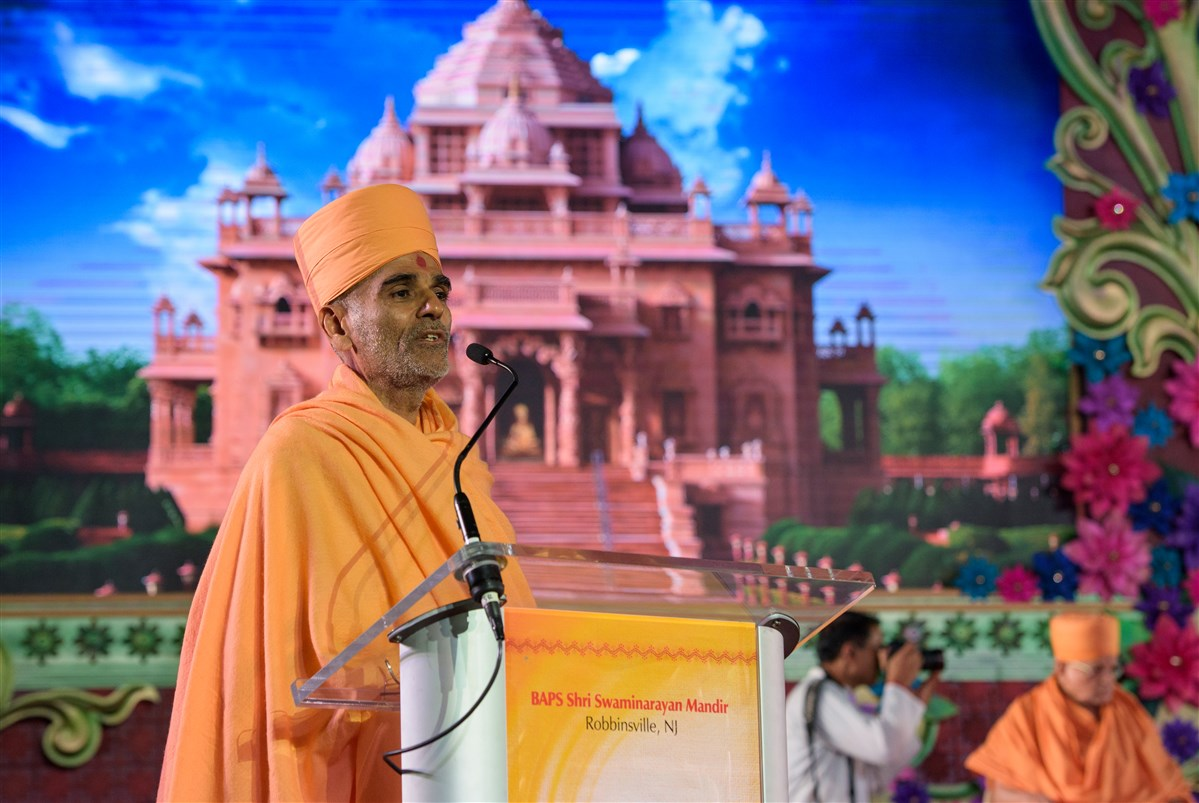 Pujya Anandswarupdas Swami addresses the 9/11 Peace Prayer assembly