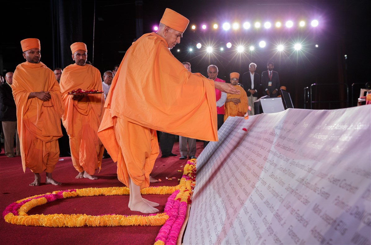 Swamishri commemorates 9/11 victims by showering flower petals on their names