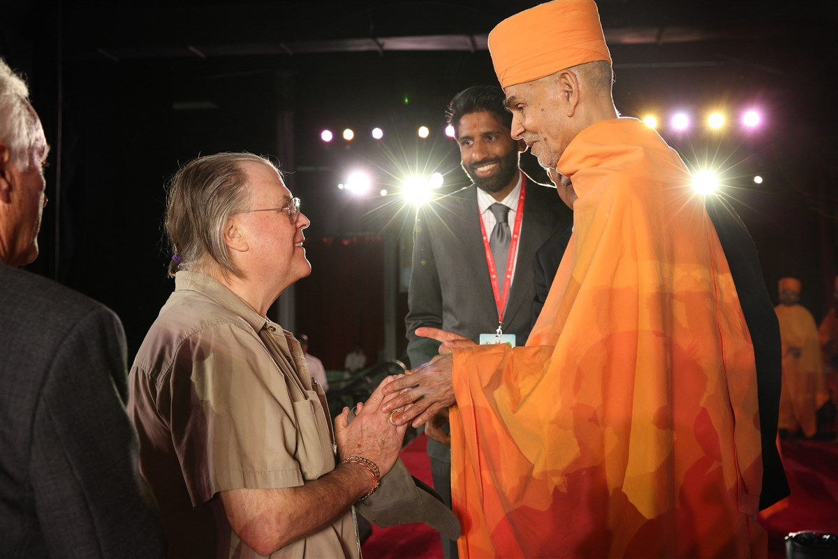 Swamishri blesses Al Sabo, retired Edison Police Officer