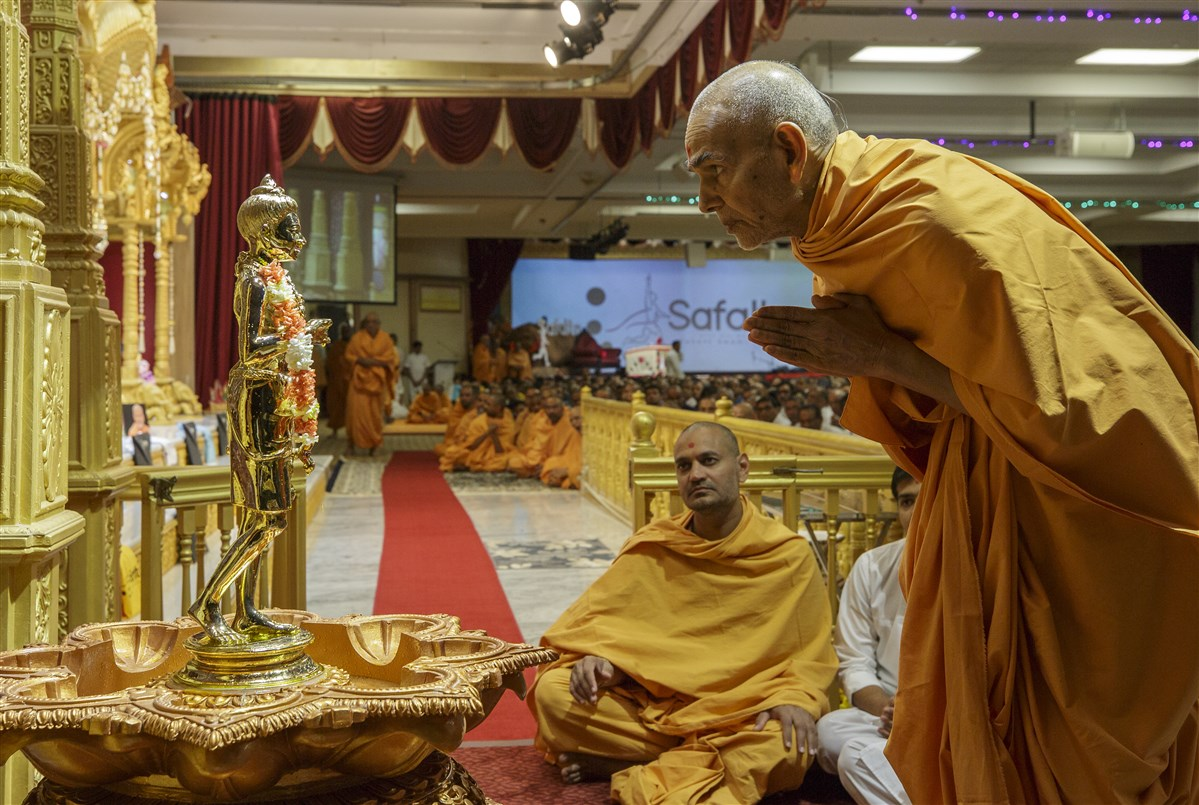 Swamishri engrossed in the darshan of Shri Nilkanth Varni Maharaj