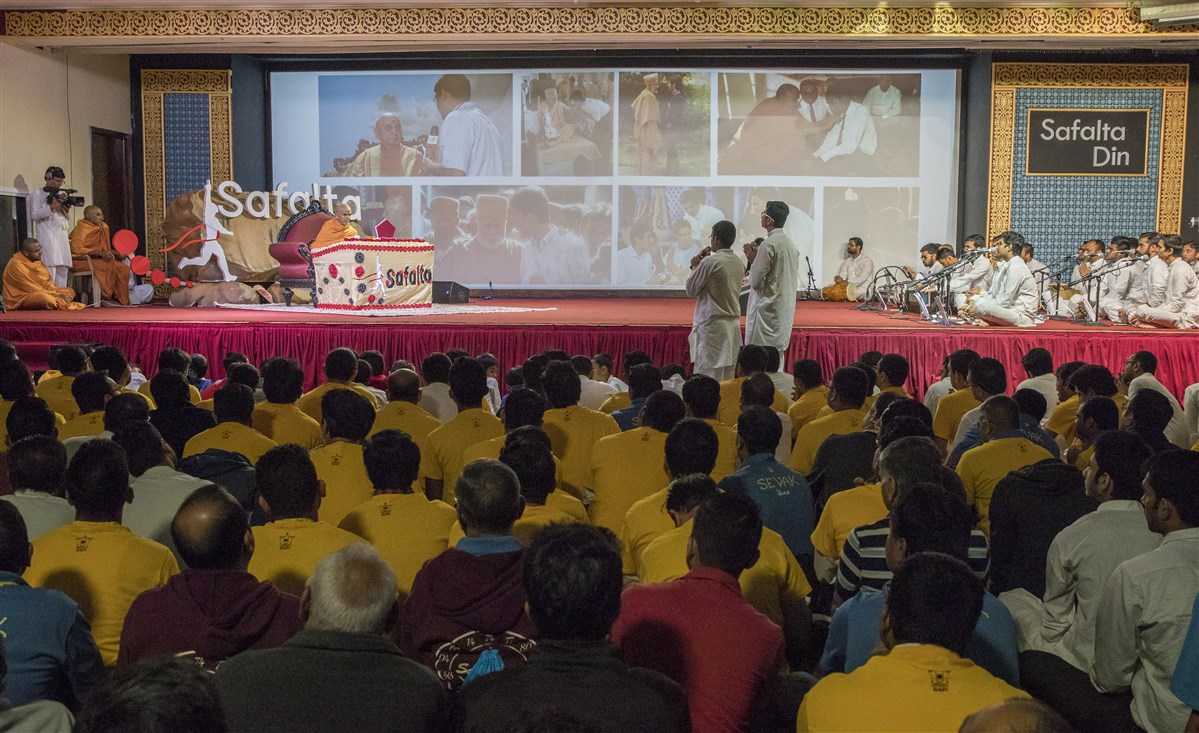 Youths recite shlokas before Swamishri during puja