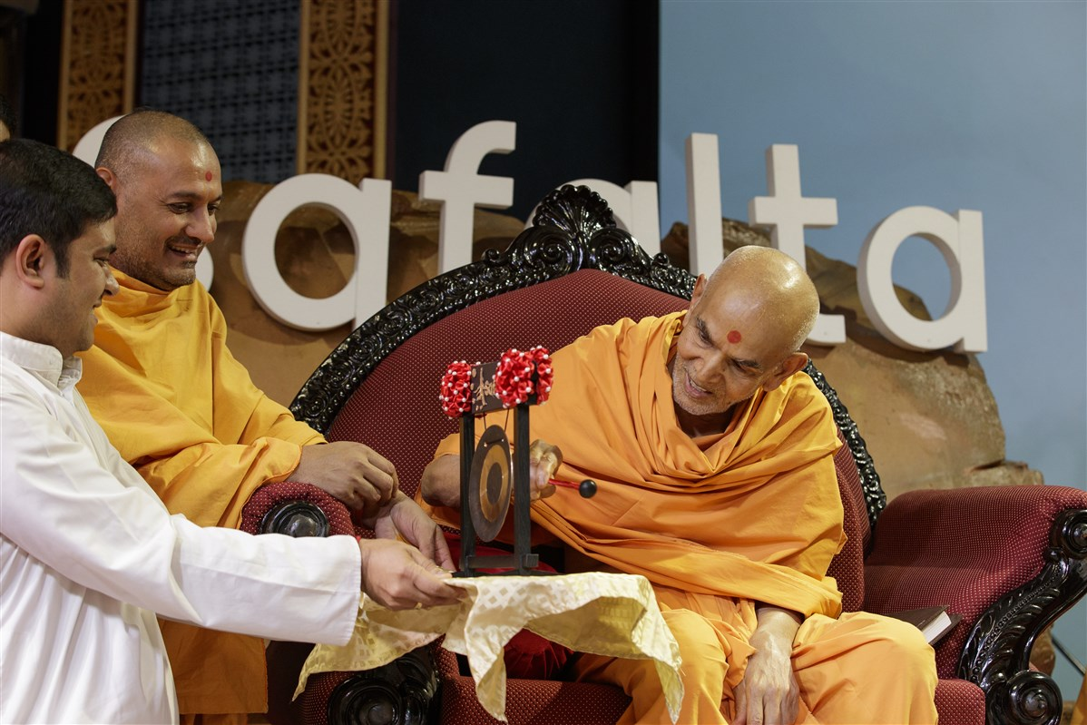 Swamishri rings the gong to inaugurate Safalta Din