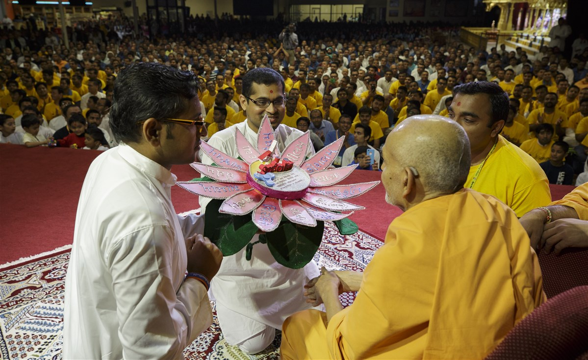 Youths present Swamishri with an invite to the Safalta Din assembly