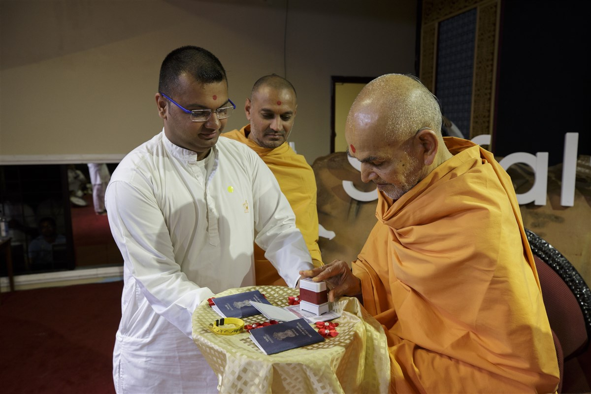 Swamishri accepts an invite to come to the Safalta Din assembly