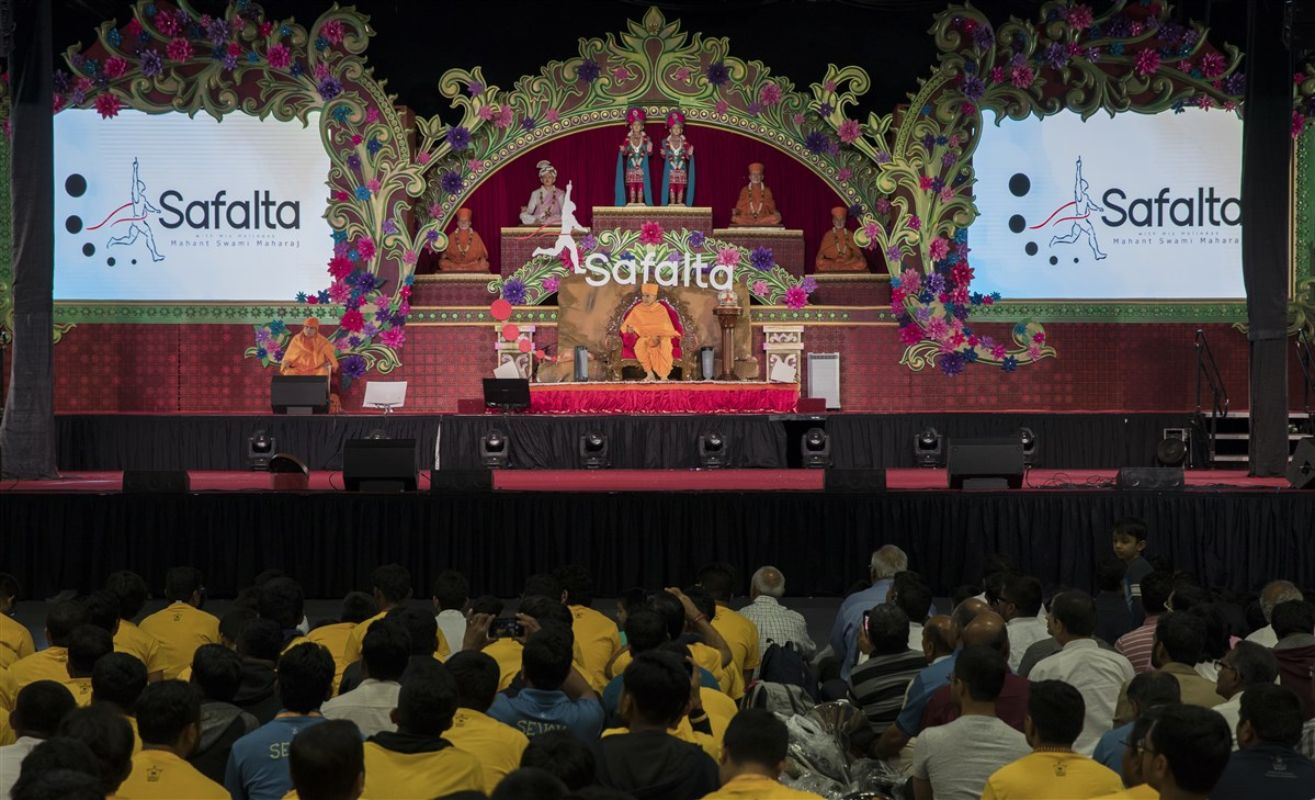 Swamishri engaged in the Safalta Din assembly